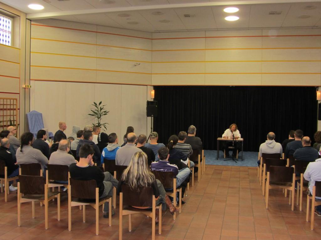 Rund 35 Gefangene aus der JVA Aachen lauschten am 17. Febr. 2014 der knapp 1stündigen Autorenlesung von Dieter Gurkasch aus seinem Buch Leben Reloaded.