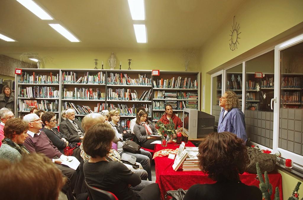 Autorenlesung in Belgien- Dieter Gurkasch stellt sich nach der Lesung den Fragen der Teilnehmer.