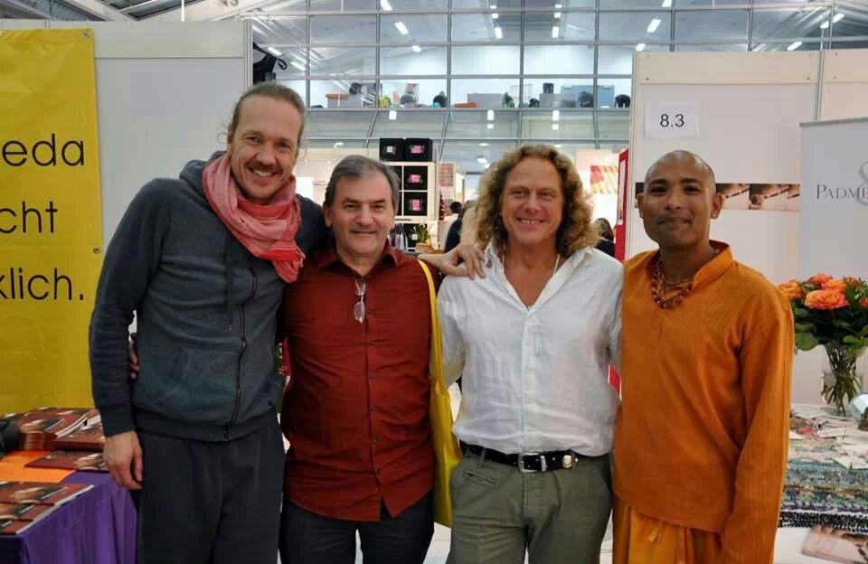 Dieter Gurkasch auf der Yogaxpo München 2014 – Hier mit Patrick Broome(Jivamukti-Yoga) , Keshava (Yoga Vidya) und Ram Pakki